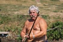 Mates převáží lidi z jednoho břehu řeky Sázavy ve Zlenicích na druhý už 23 let.