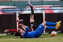 Patrik Dressler (v modrém) se v zápase s Opavou ocitl na zádech.
