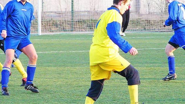Ani snaha Petra Štěpána (u míče) nestačila na kvalitní defenzivu Kondrace