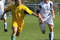 Teplýšovický Daniel Síbrt (vlevo) svedl v remízovém utkání běžecký souboj s kapitánem Všenor Tomášem Platilem.