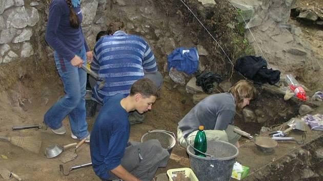 Na zřícenině hradu Hláska ve Zlenicích se konají restaurátorské práce již několik let