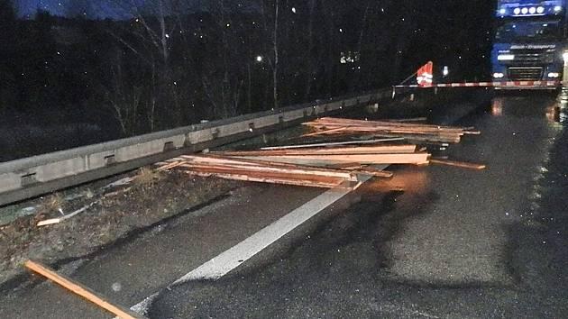 Při srážce došlo k odlomení závěsného zařízení přívěsu a náklad prken se vysypal na vozovku jízdního pruhu ve směru na Tábor.