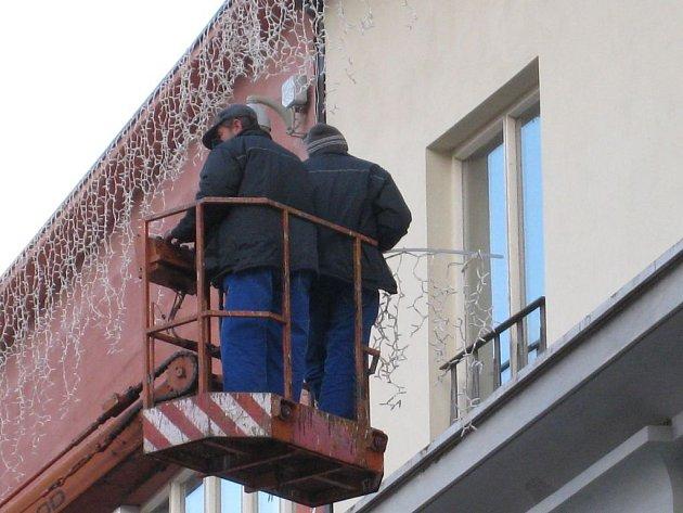 Pracovníci benešovských TS při instalaci světelných vodopádů na římsy radnice na Masarykově náměstí