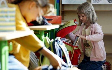 Tisíce prvňáčků dnes zasedli do lavic. Některé děti se ale na školu budou těšit o týden či dva déle.