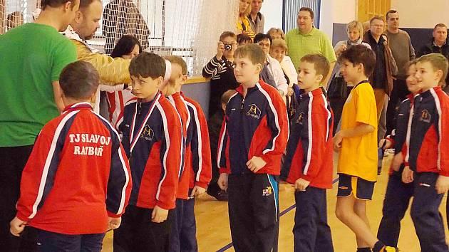 Mladíci Ratboře dostávají medaile za druhé místo v Ondrášovka cupu v Poříčí nad Sázavou.
