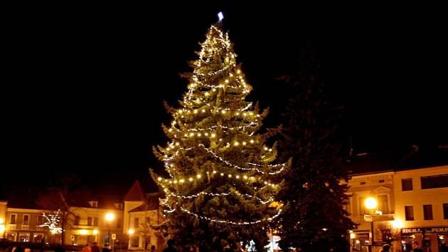 Vánoční stromky rozsvítí města i na Benešovsku.