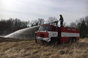 Požár staré trávy u hřiště ve Vlašimi na ploše 20 krát 100 metrů.