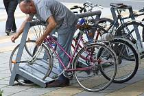 Nenechávejte kola stát volně. Uzamčení vás může uchránit před krádeží. Ilustrační foto.