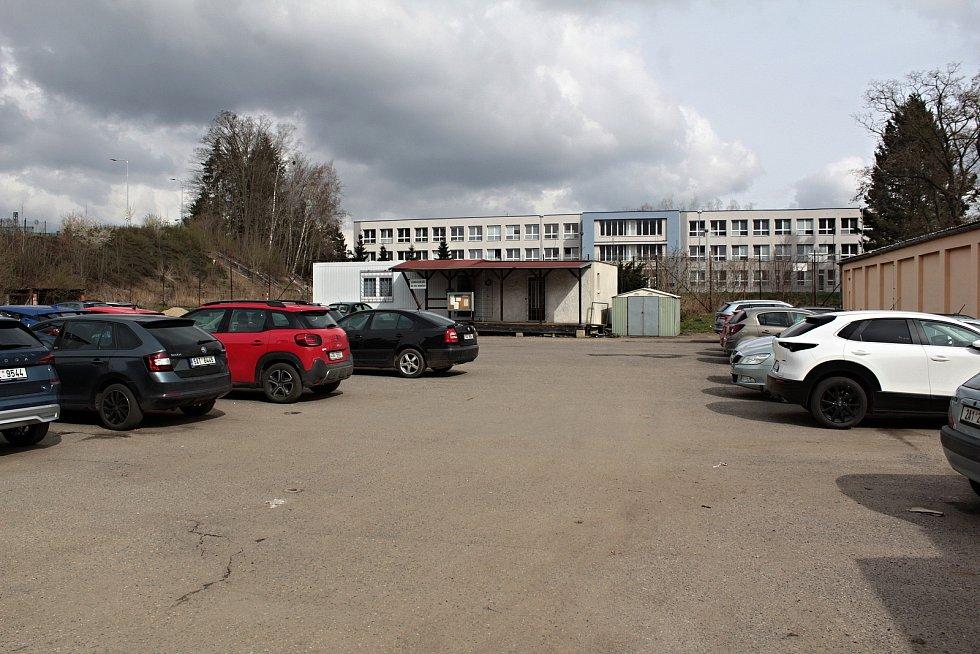 Opuštěné antukové kurty na volejbal v Benešově nahradí nové kryté sportoviště pro vedlejší ZŠ Dukelská. Pohled přes parkoviště TS Sokol.