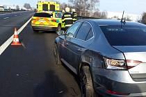 Dopravní nehoda na dálnici D1 na Benešovsku: dodávka narazila do policejního auta.
