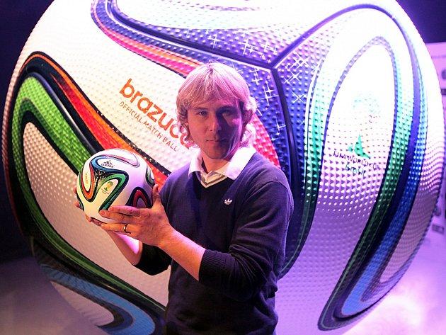 Pavel Nedvěd, fotbalista Evropy 2013 představuje oficiální míč Brazuca, kterým se odehrají zápasy na Mistrovství světa v Brazílii.