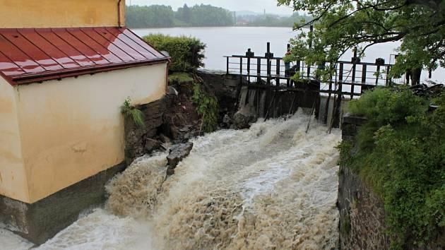 Splavský rybník u Bystřice po protržení hráze Zájezdek v červnu 2013.