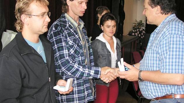 Dobrovolní dárci krve dostávají za odběry ocenění, pojmenované podle spoluobjevitele krevních skupin, Jánského plakety. Na snímku ocenění předává přednosta benešovské transfuzní stanice Vladimír Bouček v Městském divadle Na Poště