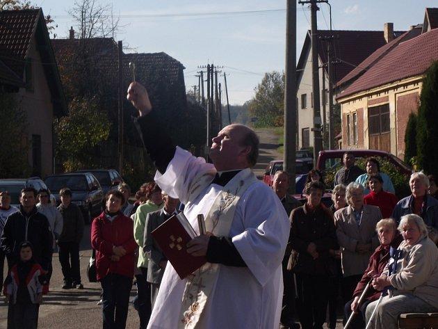 V Tichonicích mají po sedmdesáti letech ve věži kapličky zvon.