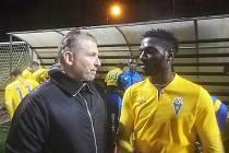 Trenér Benešova Roman Veselý předává pokyny Kamerunci Esombovi, jehož pod Konopištěm zkouší.