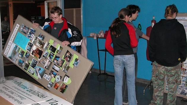 Ilustrační foto: Na přehlídce se školská zařízení prezentují ukázkami svých oborů. Její přípravy v KC Benešov dnes vrcholí