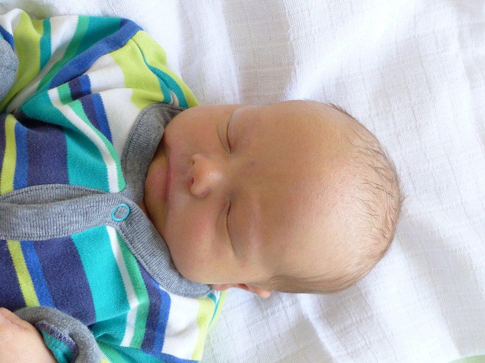 Karel Veliký se narodil 15. února 2021 v kolínské porodnici, vážil 3630 g a měřil 50 cm. Ve Chmelišti se z něj těší sestřičky Eliška (14), Barunka (10) a rodiče Lenka a Michal.