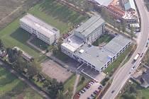 Letecký snímek benešovské školy.