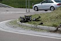 Stopy po dopravní nehodě na křižovatce U Topolu v Benešově.