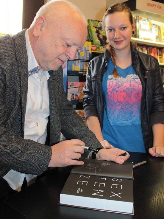 Spisovatel Jan Krůta podepsal v benešovském Knihkupectví Daniela svou knihu Sextenze.