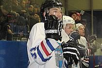 Pavel Dušek sleduje ze střídačky, v dresu hokejových vlašimských Rytířů, počínání svých spoluhráčů na ledě.