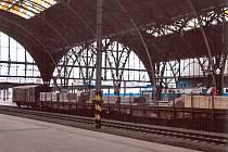 Koleje u prvního až čtvrtého nástupiště Hlavního nádraží obsadily nákladní vagóny pro montáž nových střešních skel.