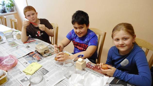 Děti si v DDM Benešov modelovaly zajíčka z keramické hlíny, voskovou technikou nazdobily vyfouknutá vajíčka a z vrbových proutků upletly pomlázky.