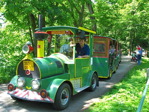 Vláček na Konopišti. Od dubna příštího roku by měl vozit nejen turisty, ale také obyvatele Benešova.