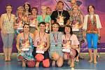 V růžových kostýmech zářila Benešovská koťata Mini, v jahodovo stříbrných Benešovská Koťata, modré kostýmy oblékly Wild Cats a rodiče se předvedli ve skupině Crazy Cats.