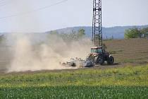 Je sucho. Dokládá to snímek polních prací u Bukové Lhoty.