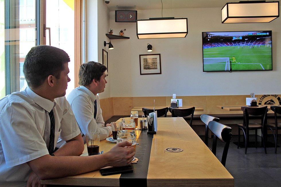 Přenos zápasu ME ze Skotska si v benešovské restauraci Černý kůň nenechali ujít dva ze studentů nedaleké Střední zemědělské školy Benešov. Radost měli nejen z úspěšně složené maturity, ale také z výsledku zápasu.