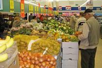 Momentka z prvního supermarketu v Týnci nad Sázavou při jeho otevření v létě 2008.