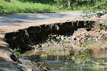 Takhle vypadala silnice u zříceniny Zbořený Kostelec po letošních povodních.