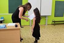 Předávání vysvědčení v benešovské ZŠ Jiráskova, ve třídách 1.C, 1. B a 8. B. .