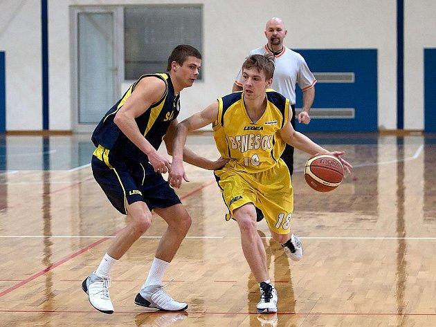 Rozehrávač Luboš Moravec (u míče) dovedl Benešov k vysoké výhře nad Litoměřicemi.