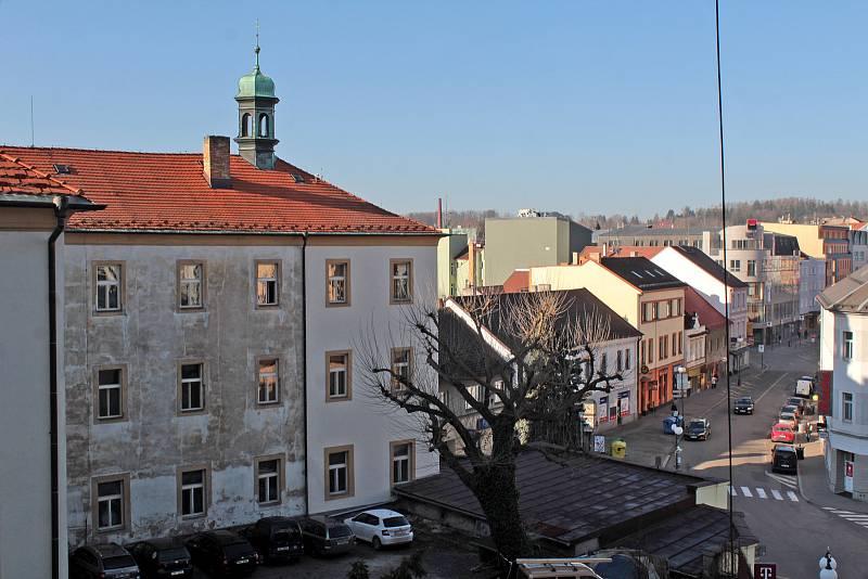 Benešov při pohledu ze střechy kostela sv. Anny - Tyršova ulice a Piaristická kolej.