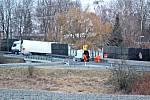 Práce na silnici I/3 u Benešova. ŘSD tam zadalo geologický průzkum kvůli zahloubení podél Konopiště. Půlka silnice stála, provoz z ní se přesunul do ulic Benešova.