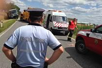 Vyproštění autobusu po nehodě u Divišova v pondělí 13. července 2020.
