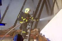 V obci Libouň u Zvěstova zasahovali v sobotu po 19. hodině hasiči z Vlašimi, Benešova, Louňovic a Jankova u požáru domu, který plameny zcela poničily.