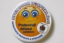 Odznáček, jehož zakoupením podpoří návštěvníci festivalu dětské oddělení nemocnice.