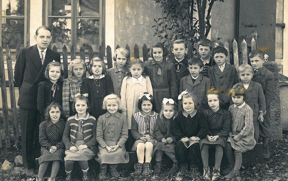 Děti s řídícím učitelem nahorubské obecné školy panem Němcem.