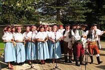 Ukázka lidových krojů a písní na předešlém setkání ve Velkém Týnci