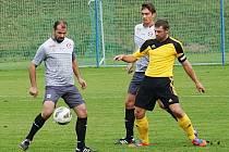 Martin Čupr (u míče) se sice ze Zavidovem krásně trefil, ale na výhru jeho výstavní rána Voticím nestačila.