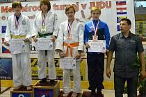 Tomáš Pikora (druhý zprava) na stupních vítězů s bronzovou medailí.