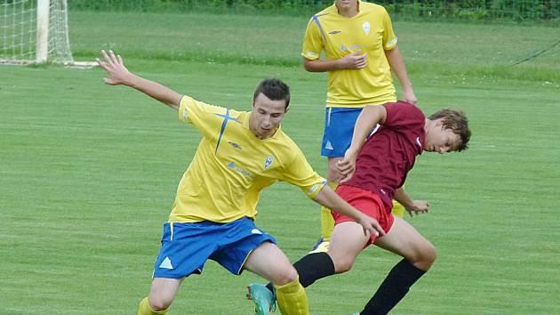 Antonín Keltner (ve žlutém) odzbrojil poděbradského hráče.