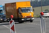 Pro směr od Prahy na Tábor je objížďka přes Pomněnice, ale řidiči na poslední chvíli odbočují vlevo do města a ucpávají jeho ulice.
