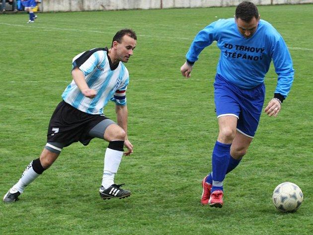 Fotbalisté vlašimského céčka (v modrém) první zápas nezvládli.