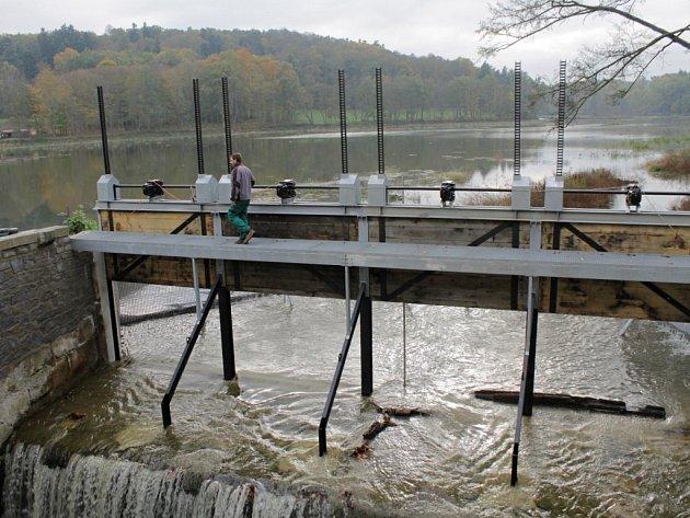 Konopišťský rybník je v pátek 24. října znovu plný.