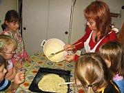 Děti kladly ovoce na připravené listové těsto s piškoty a pudinkem