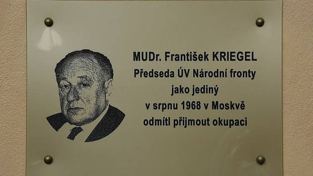 Plaketa na památku jednoho z nejvýznamnějších politiků takzvaného Pražského jara Františka Kriegla.
